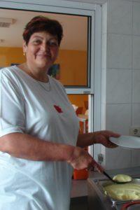 Frau Bresagk an der Essenausgabe